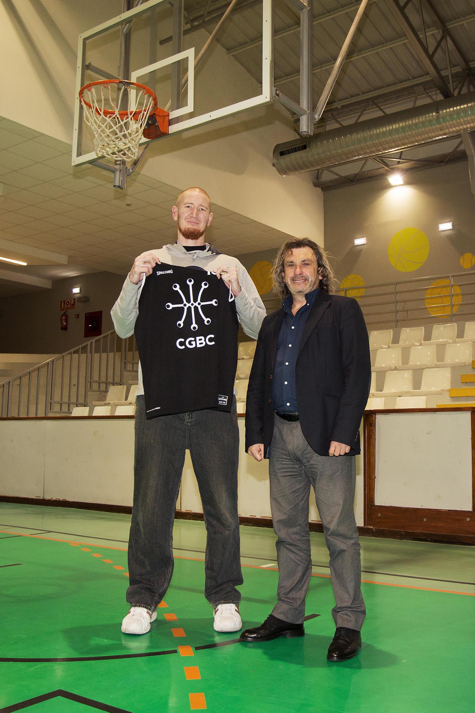 Robert Swift y el entrenador del Cïrculo Gijón Baloncesto, Nacho Galán